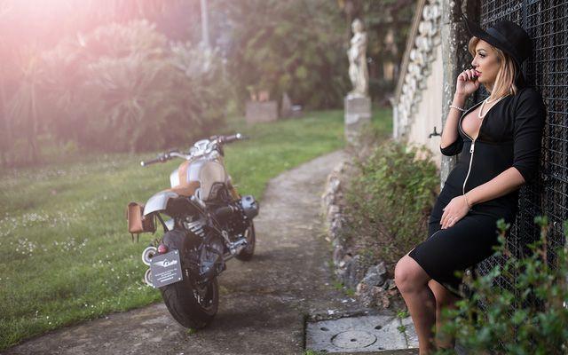Mẫu Tây vừa quý phái vừa sexy bên cạnh siêu môtô BMW R NineT - Hình 8