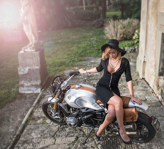 Mẫu Tây vừa quý phái vừa sexy bên cạnh siêu môtô BMW R NineT - Hình 5