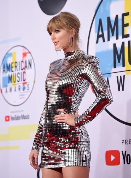 Taylor Swift làm bà hoàng chiếm trọn vẹn spotlight trong ngày tham dự American Music Awards 2018 - Hình 4