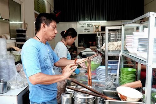 Tiệm mì Sài Gòn luôn đông nghịt khách từ 6h suốt 26 năm - Hình 1