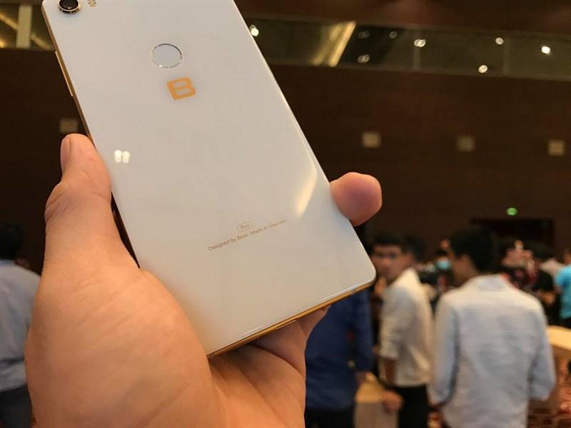 Trên tay nhanh Bphone 3 Pro: Chip Snapdragon 660, camera đơn xóa phông, giá 10 triệu - Hình 5