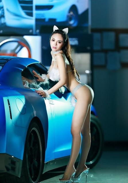 Chân dài khoe đường cong nóng nỏng bên Nissan GT-R - Hình 6
