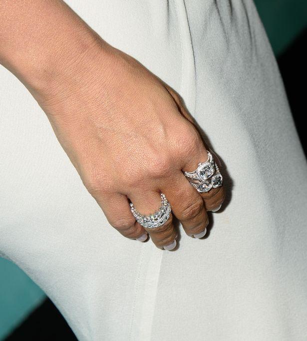 Kim Kardashian diện váy táo bạo, khoe loạt trang sức đắt tiền sau hai năm bị cướp ở Paris - Hình 5
