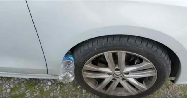 Nếu thấy lốp xe ô tô của bạn có nhét 1 chai nhựa, đừng chạm vào, hãy báo cảnh sát ngay - Hình 2