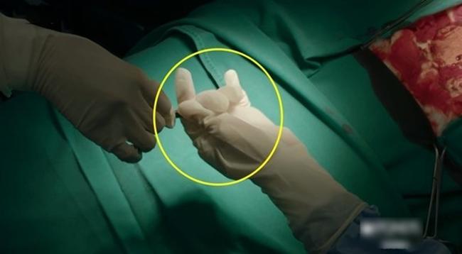 Sạn trời ơi Hậu Duệ Mặt Trời Việt: Dùng tảng thịt phẫu thuật, gọi video nhưng vô tư che camera - Hình 4