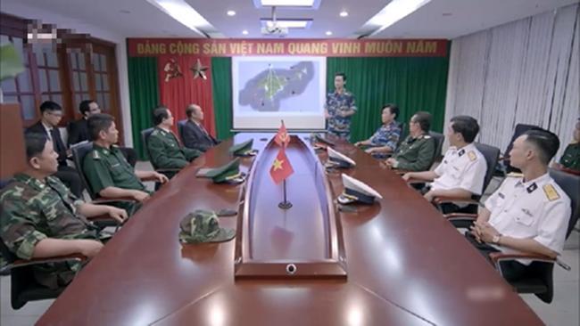 Sạn trời ơi Hậu Duệ Mặt Trời Việt: Dùng tảng thịt phẫu thuật, gọi video nhưng vô tư che camera - Hình 7