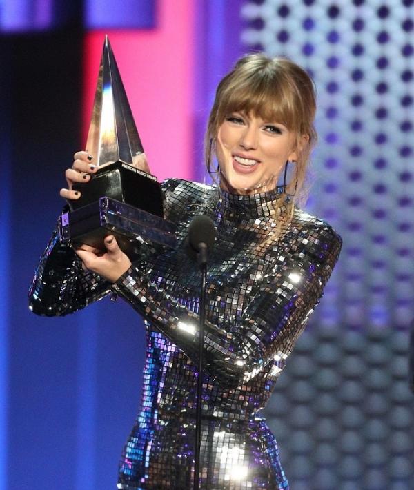 Taylor Swift phá kỷ lục Whitney Houston, trên đường trở thành tượng đài trong lịch sử trao giải AMAs - Hình 1