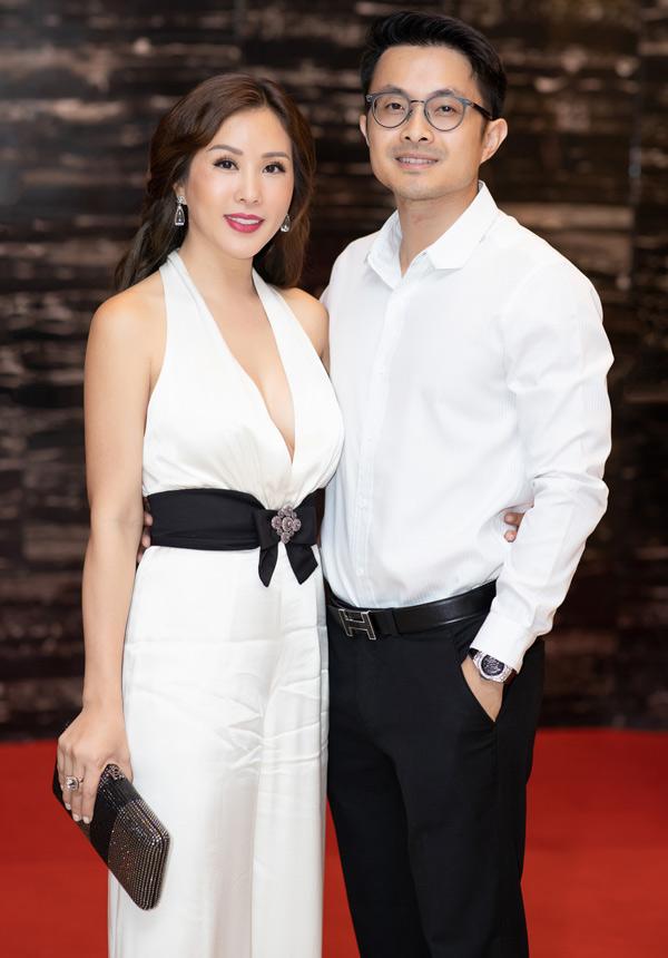 Bạn trai kém tuổi hộ tống Hoa hậu Thu Hoài đi sự kiện - Hình 2