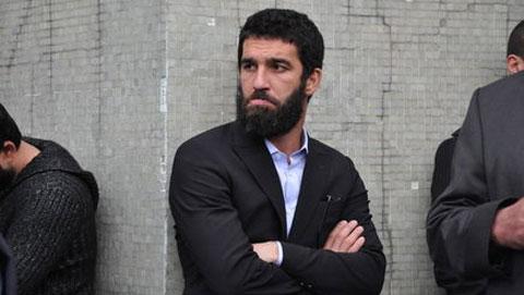 Cựu sao Atletico đấm vỡ mũi ca sĩ, rút súng ra... xin lỗi - Hình 1