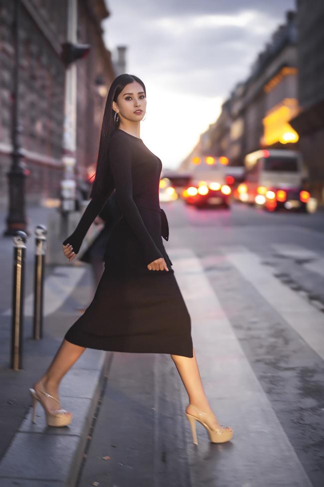 Không thể rời mắt trước bộ ảnh street style tại Pháp của hoa hậu Trần Tiểu Vy - Hình 1