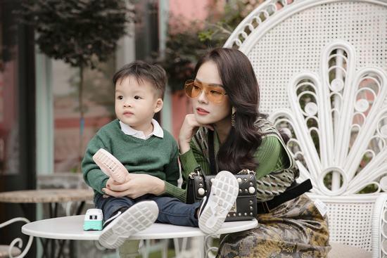 Mẹ con Dương Cẩm Lynh ton sur ton dạo phố - Hình 4