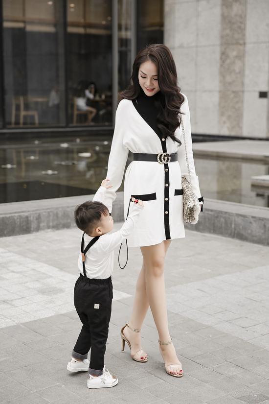 Mẹ con Dương Cẩm Lynh ton sur ton dạo phố - Hình 1