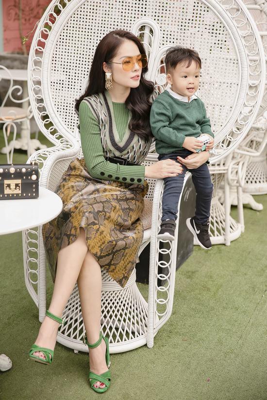 Mẹ con Dương Cẩm Lynh ton sur ton dạo phố - Hình 5