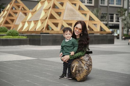 Mẹ con Dương Cẩm Lynh ton sur ton dạo phố - Hình 6
