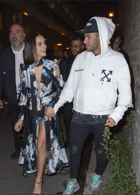 Neymar không thể rời mắt khỏi bạn gái quyến rũ - Hình 2