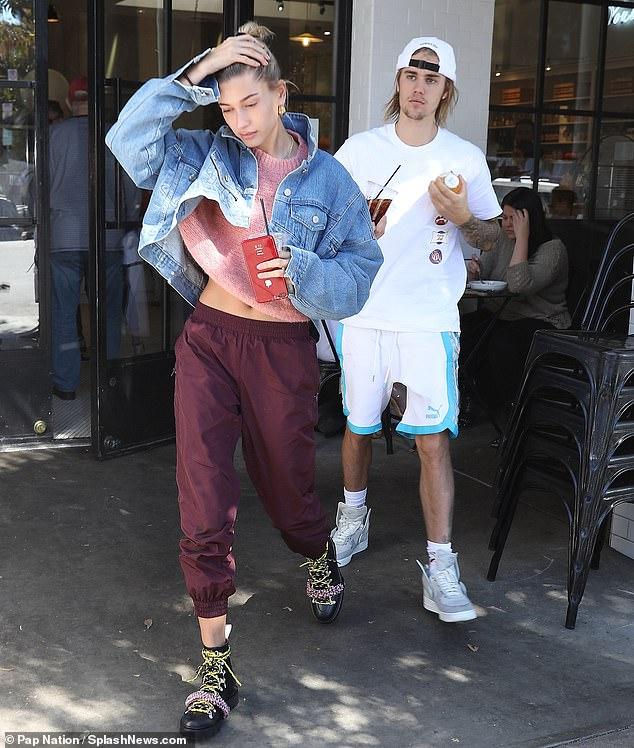 Justin Bieber và Hailey Baldwin lộ cảnh ôm ấp nhạy cảm trong khi Selena Gomez đi điều trị tâm thần - Hình 1
