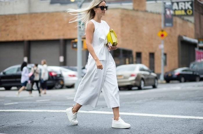 Mẹo biến hóa set đồ của bạn cùng giày Sneaker trắng - Hình 1