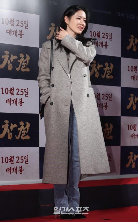 Công chiếu phim Rampant: Vợ Jang Dong Gun đọ sắc cùng hội bạn gái của Hyun Bin - Son Ye Jin, Ha Ji Won và Park Shin Hye - Hình 6