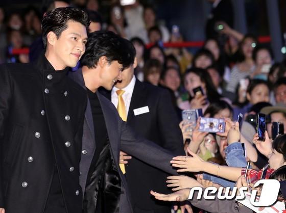 Công chiếu phim Rampant: Vợ Jang Dong Gun đọ sắc cùng hội bạn gái của Hyun Bin - Son Ye Jin, Ha Ji Won và Park Shin Hye - Hình 38