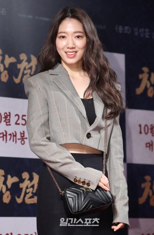 Công chiếu phim Rampant: Vợ Jang Dong Gun đọ sắc cùng hội bạn gái của Hyun Bin - Son Ye Jin, Ha Ji Won và Park Shin Hye - Hình 15
