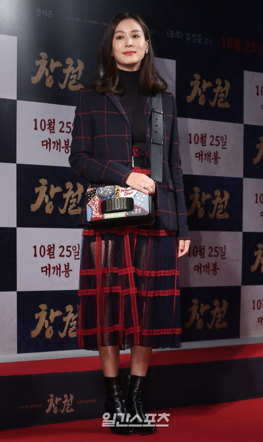 Công chiếu phim Rampant: Vợ Jang Dong Gun đọ sắc cùng hội bạn gái của Hyun Bin - Son Ye Jin, Ha Ji Won và Park Shin Hye - Hình 21