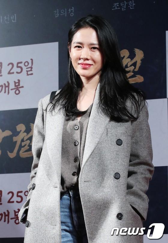Công chiếu phim Rampant: Vợ Jang Dong Gun đọ sắc cùng hội bạn gái của Hyun Bin - Son Ye Jin, Ha Ji Won và Park Shin Hye - Hình 1