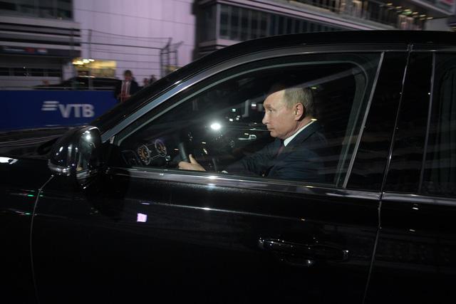 Tổng thống Putin đích thân cầm lái Rolls-Royce của nước Nga chở khách quý thăm thú đường đua F1 - Hình 4
