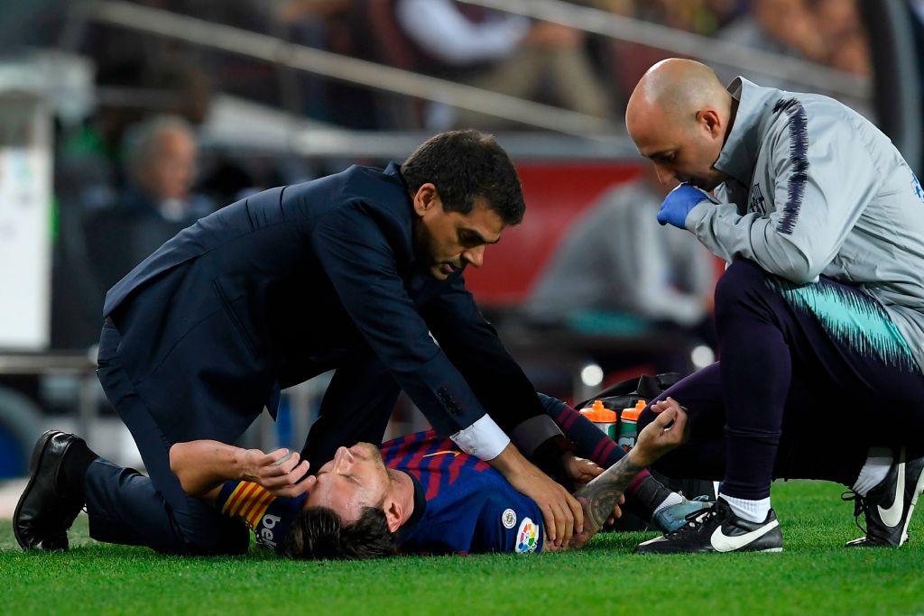 Messi gãy tay rùng rợn sau pha tiếp đất lỗi, băng bó ngay trên sân và chắc chắn vắng mặt ở trận Siêu kinh điển - Hình 5