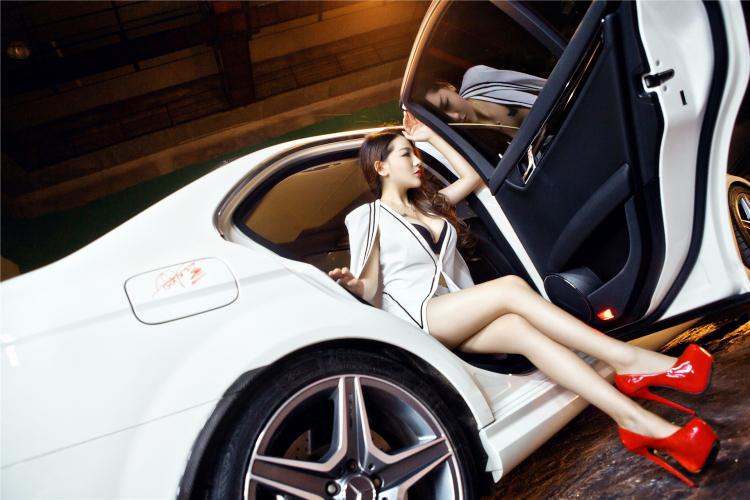 Ngắm vẻ đẹp gợi cảm của người đẹp bên xe sang Mercedes-Benz C260 AMG - Hình 7