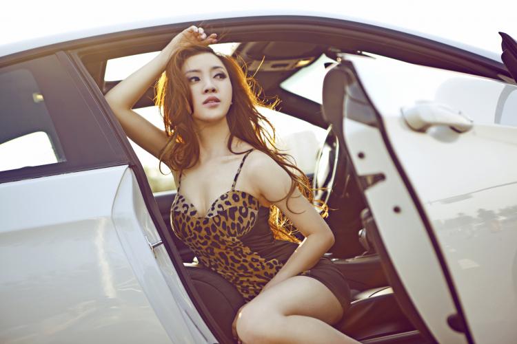 Người đẹp bốc lửa khoe dáng bên xe BMW M3 - Người đẹp
