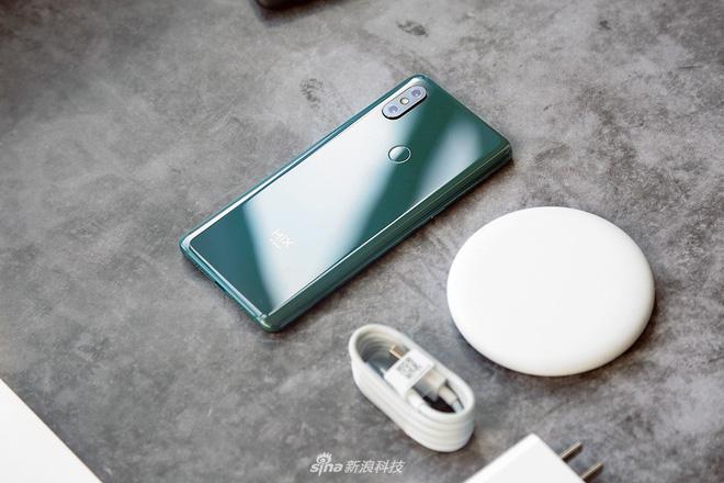 Cận cảnh Xiaomi Mi Mix 3: Màn hình trượt độc đáo, chiếm tỷ lệ 93,4% mặt trước, thiết kế cao cấp, phiên bản Tử Cấm Thành in hình kỳ lân - Hình 3