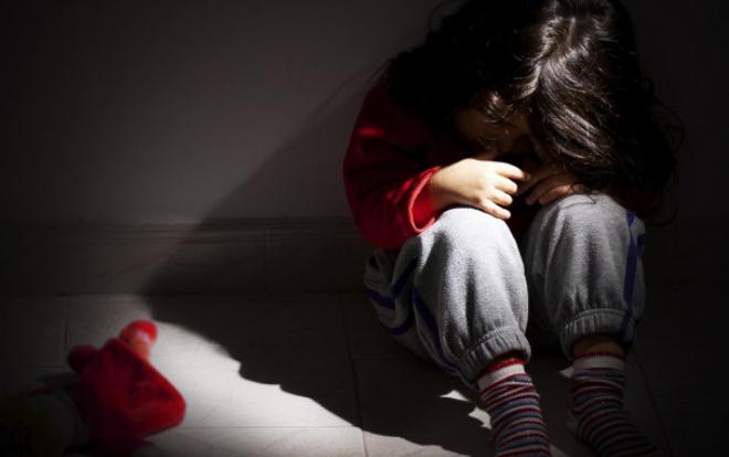 Cô bé bị nam thiếu niên 13 tuổi cưỡng bức rồi dùng dao cứa cổ đã qua cơn nguy kịch - Hình 1