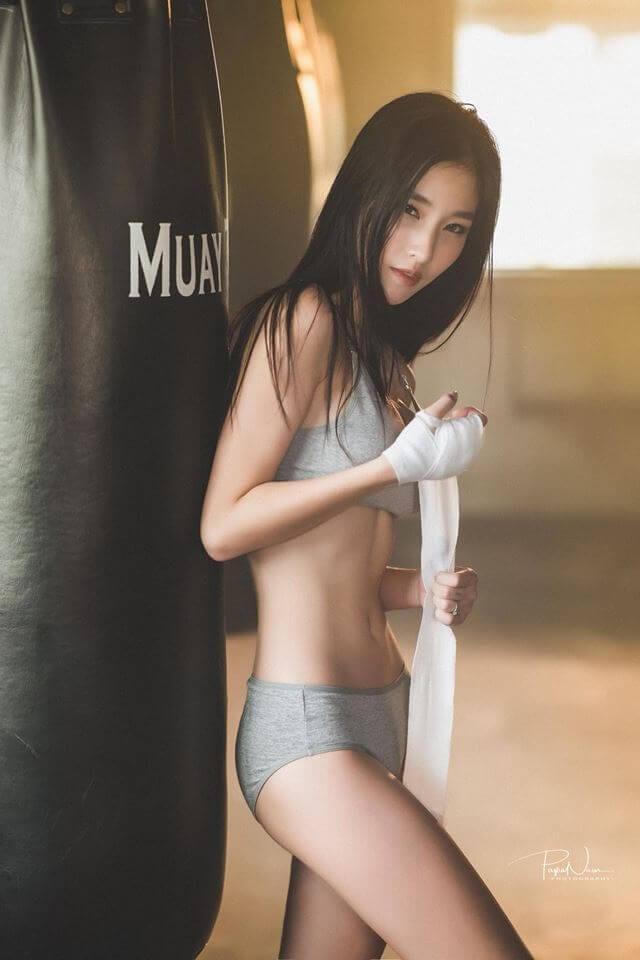 Nữ võ sĩ Muay Thái với thân hình gợi cảm đẹp tuyệt vời sau giờ tập luyện căng thẳng - Hình 19