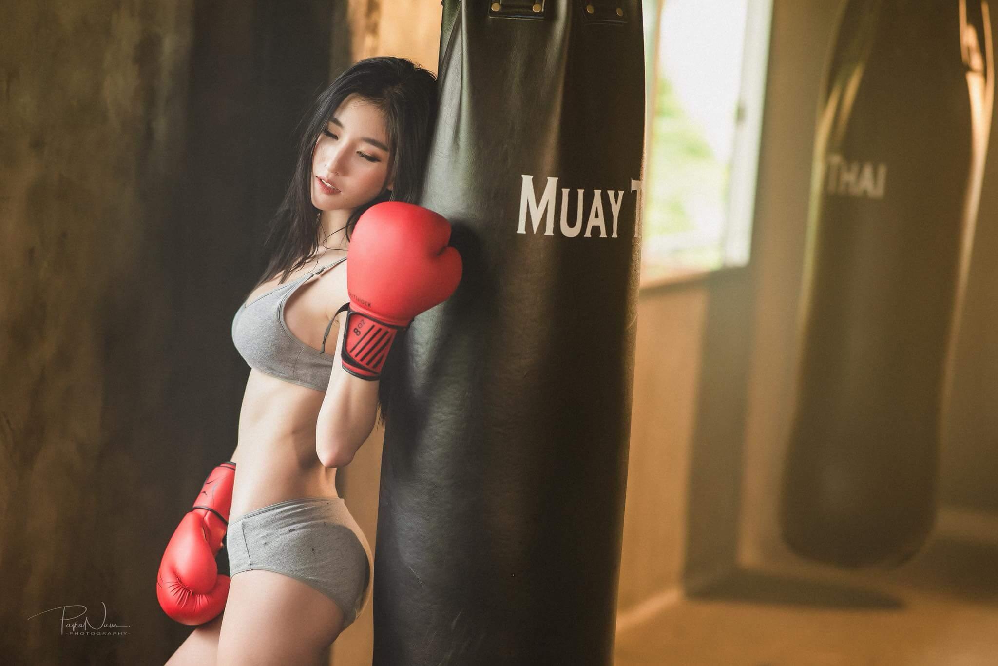 Nữ võ sĩ Muay Thái với thân hình gợi cảm đẹp tuyệt vời sau giờ tập luyện căng thẳng - Hình 9