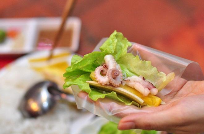 Ai mà nghĩ ở Hà Nội lại có ti tỉ món ăn kết hợp với bạch tuộc hay ho đến mức này - Hình 14