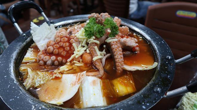 Ai mà nghĩ ở Hà Nội lại có ti tỉ món ăn kết hợp với bạch tuộc hay ho đến mức này - Hình 18