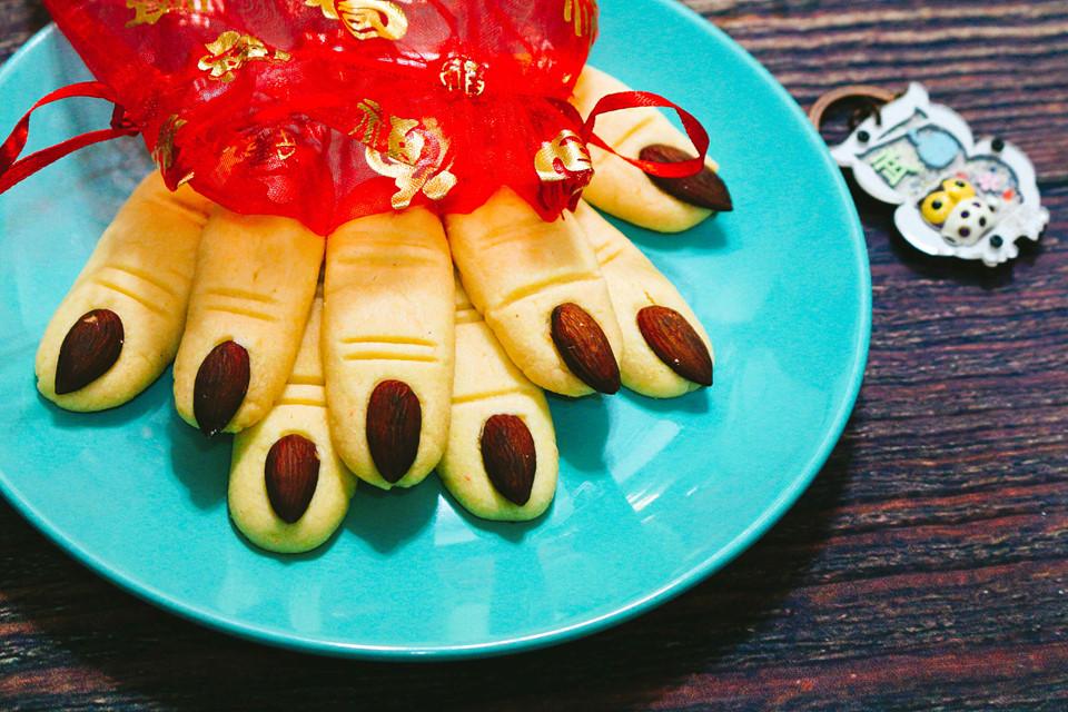 Cách làm bánh quy ngón tay phù thủy cho lễ hội Halloween - Hình 6