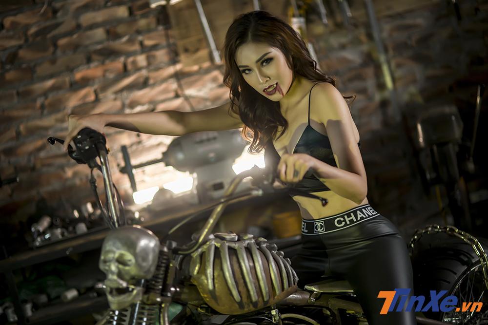 Ma nữ Phạm Phương gợi cảm bên xế độ Halloween - Hình 9