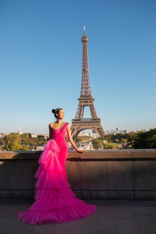 Ngắm bộ ảnh đẹp lung linh của Á hậu Hoàng Thùy tại Pháp - Hình 4