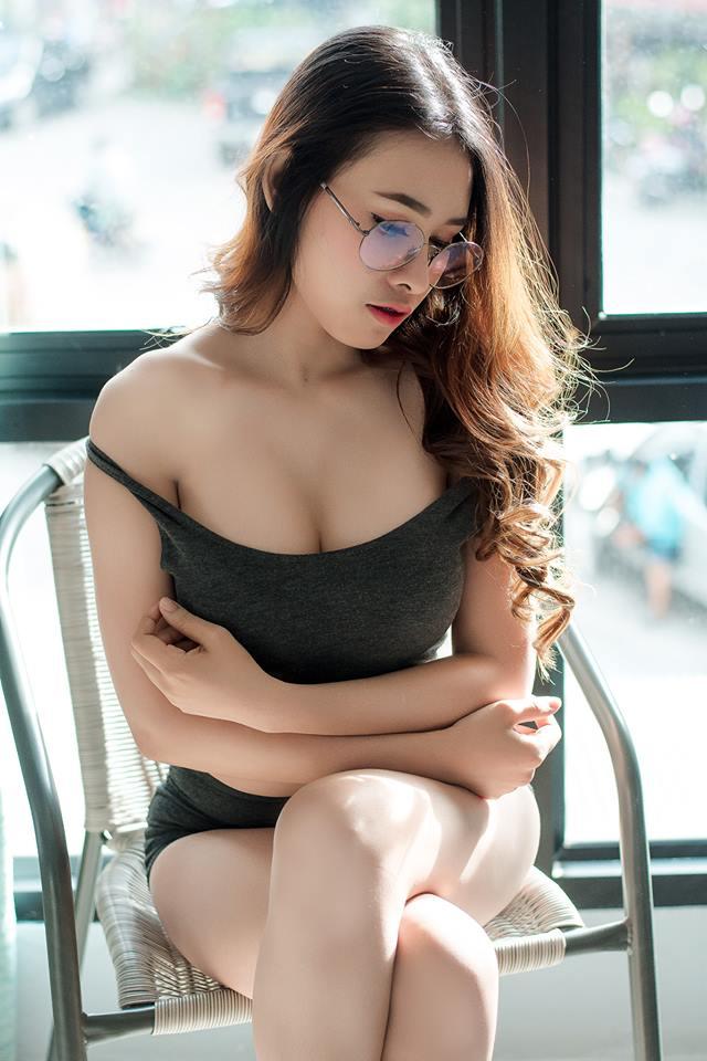 nguoi-dep-kinh-can-goi-cam-tao-dang-khoe-ve-dep-diu-dang-b84ad6.jpg