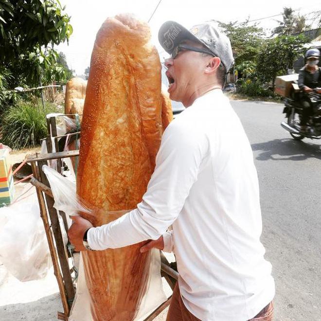 Ai mà ngờ được: ở miền Tây lại có một đặc sản bán dọc đường là chiếc bánh mì dài 1m thế này - Hình 10