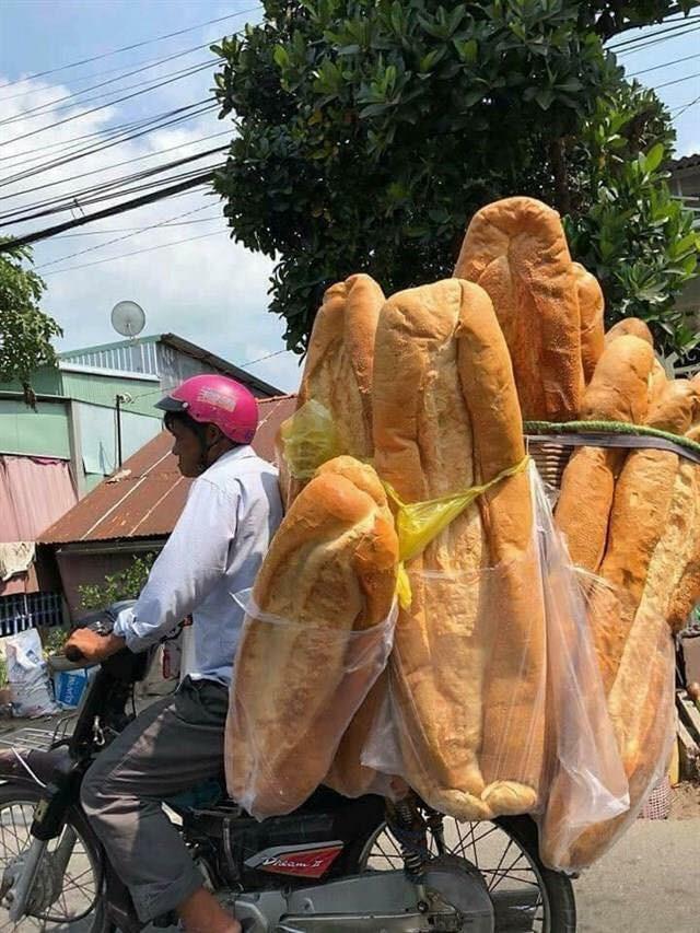 Ai mà ngờ được: ở miền Tây lại có một đặc sản bán dọc đường là chiếc bánh mì dài 1m thế này - Hình 2