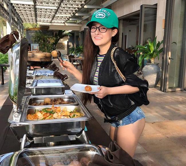 Con gái châu Á mặc quần 5cm ở nơi công cộng thu hút mọi ánh nhìn - Hình 5