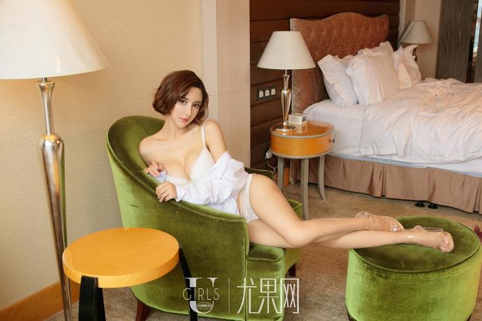 Lạnh lùng và gợi cảm theo phong cách rất riêng của người mẫu Yi Li Na - Hình 4
