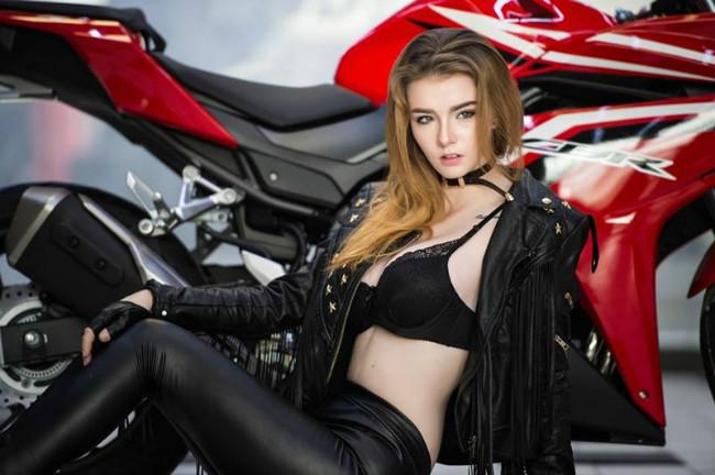 Ngắm mẫu Tây cực nóng bên môtô Honda CBR đỏ chót - Hình 2