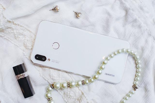 Huawei Nova 3i là minh chứng rõ rệt nhất cho thấy màu trắng chưa bao giờ nhàm chán trên smartphone - Hình 3