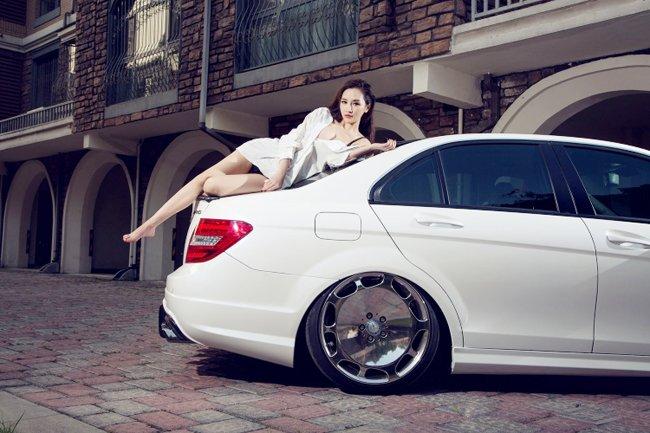 Mỹ nữ gợi cảm quyến rũ bên xế sang Mercedes-Benz C63 AMG - Hình 7