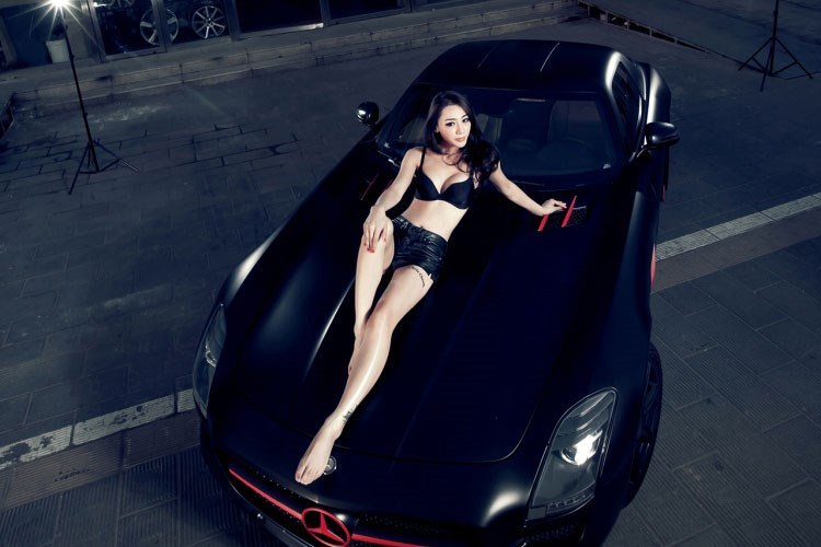 Nàng kiềuchân dài thả dáng bên Mercedes SLS AMG - Hình 2