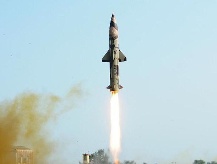 Ấn Đô thử nghiệm thành công tên lửa có khả năng hạt nhân Prithvi-II - Hình 1