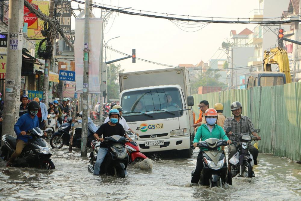 Ảnh: Triều cường đạt đỉnh, nhiều xe chết máy giữa dòng nước ngập ở TP HCM - Hình 3